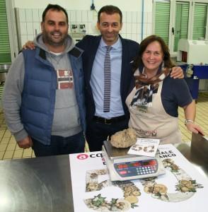 Pierotti con i titolari del'azienda Acqulagna Tartufi
