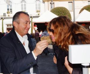 Franco Lauro in piazza Mattei con la sua compagna