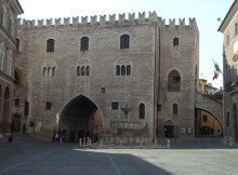 Fabriano,_Piazza_del_Comune,_Palazzo_del_Podestà,_1255_(2)